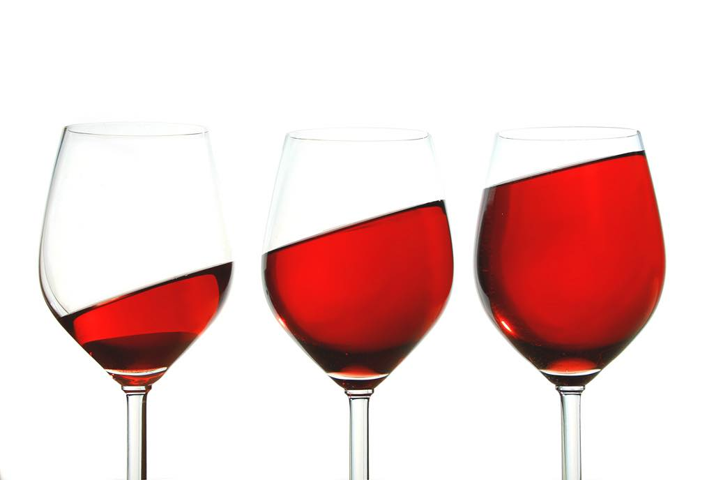 Survey reveals that UK wine drinkers are ditching red
