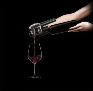 ic_m2_product_on_bottle_hand_wine_pouring_rgb